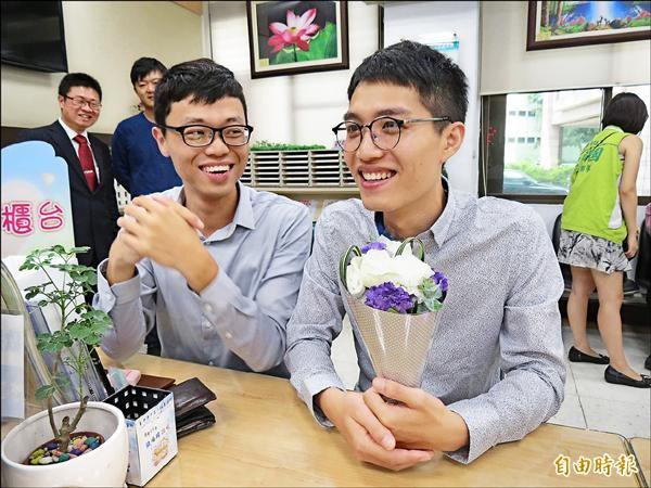 台中市開放申請同性伴侶關係註記,26歲的戀人蔡佳勳(左)與高建中(右)搶頭香,完成互訂終生大事。(記者蘇孟娟攝)