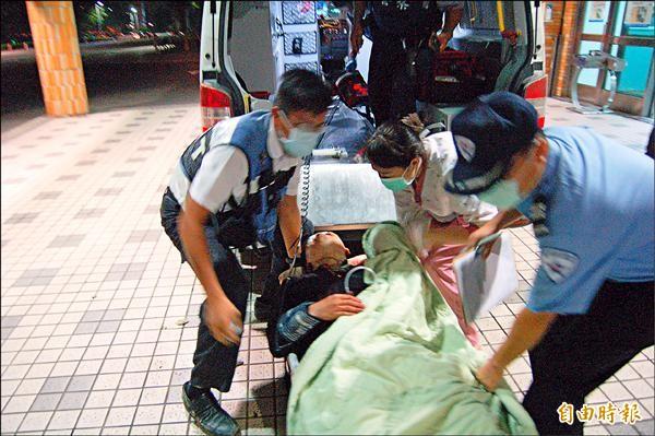 蔡婦兒子頭、臉多處刀傷,1隻手指頭遭砍掉,被送醫急救。(記者王涵平攝)