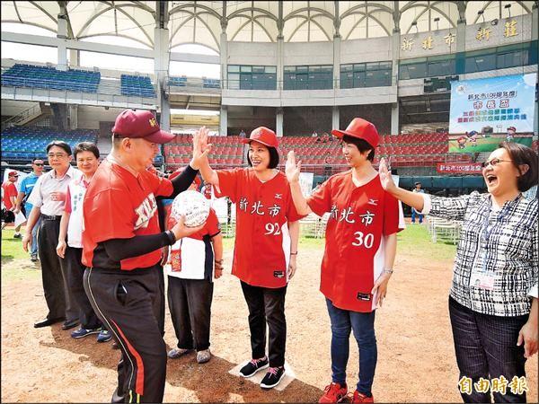新北市一○四學年度市長盃三級棒球錦標賽昨天在新莊棒球場舉行開幕典禮。(記者郭顏慧攝)