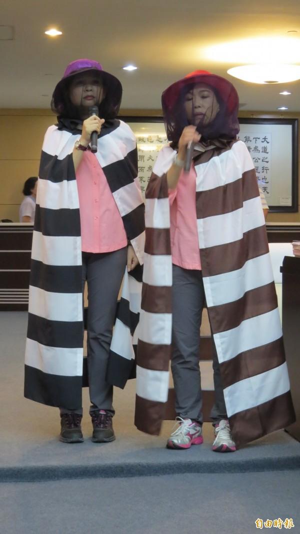 林燕祝、林美燕穿上全套「藏鏡人」蚊子裝質詢。(記者蔡文居攝)