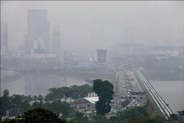 與新加坡對望的馬來西亞新山二日一片霧茫茫,霾害情形可見一斑。(歐新社)