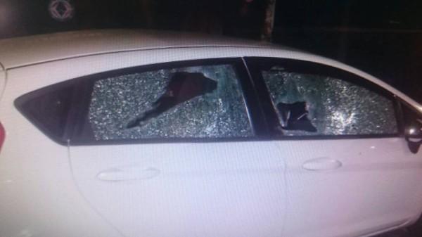 被砸毀玻璃的汽車。(記者洪定宏翻攝)