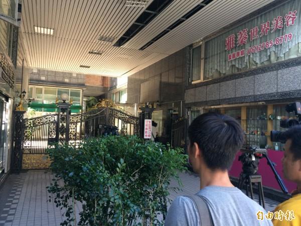 北市南港區一棟大樓發生兇殺案,警方到場勘驗中(記者邱俊福攝)