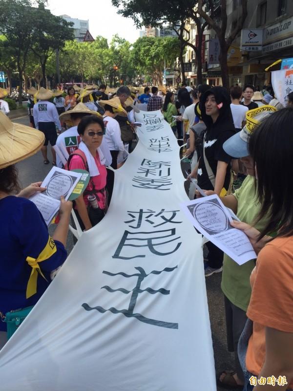 公民團體今天發動遊行,宣布將讓3立委落選。(記者蘇芳禾攝)