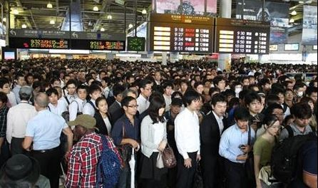等待過程中,日本人展現出驚人排隊秩序。(圖擷取自推特)
