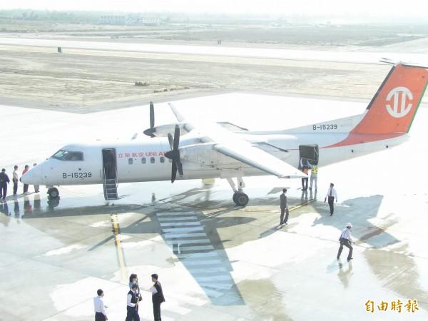 立榮航空公司降落恆春機場。(資料照,記者郭芳綺攝)