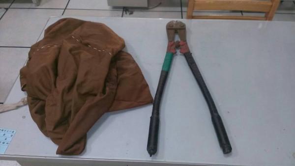 莊嫌帶著油壓剪及麻布袋到處偷竊電纜線。(記者林近翻攝)