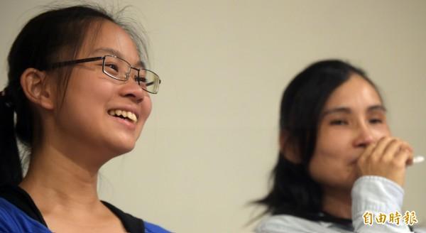 人本基金會「無法自由飛翔的風箏」過動兒紀錄片主角封浩瀠(左)與母親蕭湘瑜(右)一起參加座談,與大家分享心得。(記者王敏為攝)
