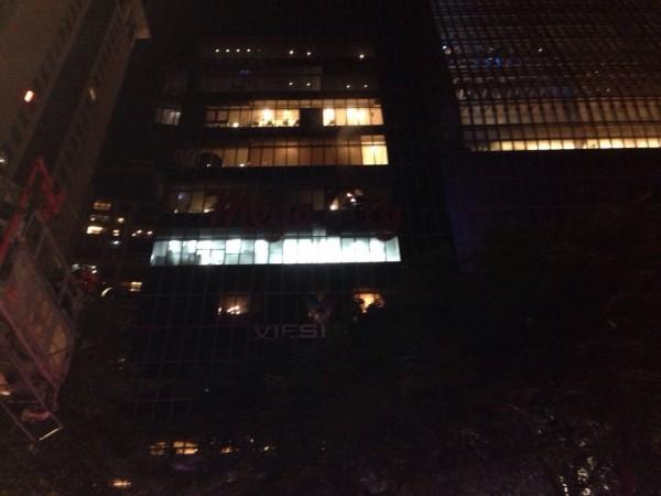 新北市板橋區晚間9點多傳出火警,大遠百7樓外牆LED招牌起火,「Mega City」的「C」冒出火光。(記者金仁晧翻攝)