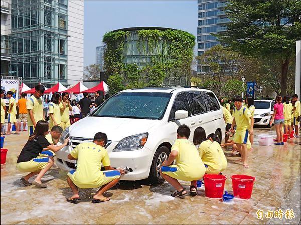 弘文中學學生假日上街參加公益洗車派對,用雙手回饋社會。(記者蘇孟娟攝)