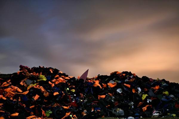 中國製或土耳其製的救生衣因為品質太差無法回收,「只能算是垃圾」。(法新社)