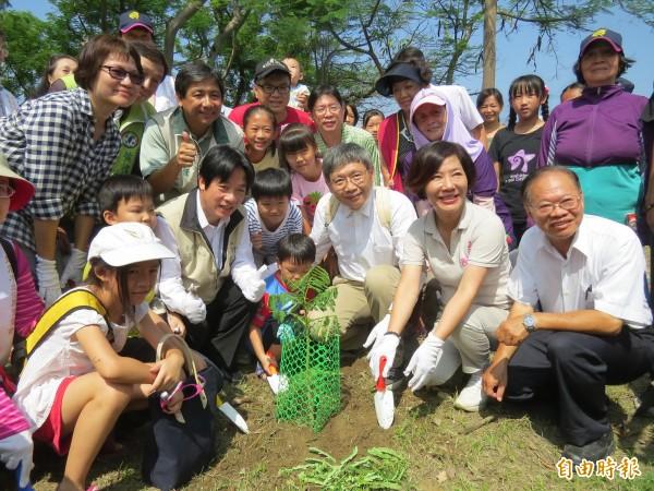 賴清德與小朋友們一起種下鳳凰花樹幼苗。(記者蔡文居攝)
