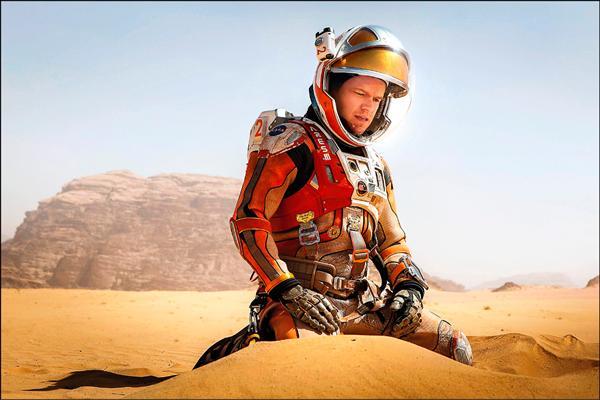 電影「絕地救援」掀起太空熱,許多人進一步思考,為什麼太空船不折返火星帶回男主角,對此,天文博士說明,考量燃料與食物補給,太空船無法「說回頭就回頭」。(福斯提供)