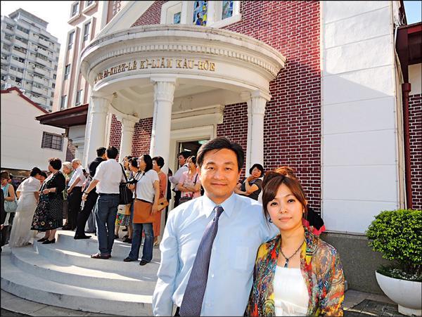 王定宇(左)的妻子李淑吟(右)出身自安平漁家。(資料照)