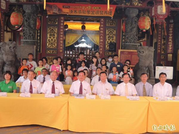 台灣首廟天壇頒發今年度南市高中到小學清寒學生獎助學金三百六十萬餘元。(記者王俊忠攝)