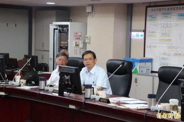 陳政忠在工務委員會開始前要求林洲民必須釐清與市議會的爭議,否則不用繼續開下去,「這會期的預算也不用審了。」(記者鍾泓良攝)