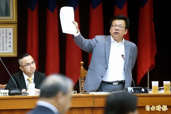 立委李俊俋(圖右)表示,省府已無存在必要,提案刪除全數預算。(資料照)