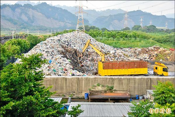 縣內再度面臨垃圾處理危機,縣府研議新闢垃圾掩埋場,圖為草屯垃圾掩埋場今年七月垃圾堆置溢滿情形。(記者陳鳳麗攝)