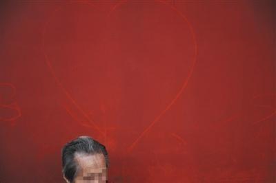 故宮於十一連假期間又傳出,西六宮建築通道的兩側紅牆上,又遍佈著各種「到此一遊」、或是罵人的刻字。(圖擷自新京報)