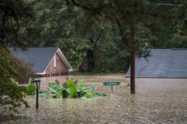 在颶風侵襲下,包含北卡羅萊納州及南卡羅萊納州在內,目前已傳出13人罹難,近1000名受災民眾也被安排到緊急庇難所。(美聯社)