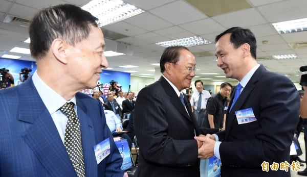 謝金河指出,朱立倫(右)的岳父高育仁(左)旗下上市公司「倫飛」,在今天率先漲停反應朱選總統的慶祝行情。(資料照,記者劉信德攝)