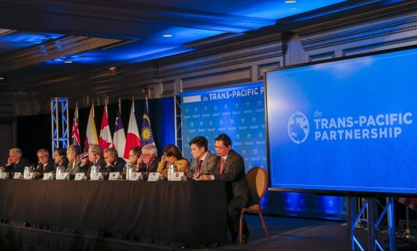 當台灣輿論關注「換柱、不換柱」新聞時,TPP12國已達成協議,將成為涵蓋全球4成人口的貿易經濟體。(歐新社)