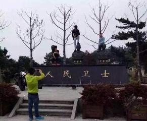 有3名男子在浙江省蕭山區紀念犧牲消防員的銅像頭上或踩或坐的合照,引發網友撻伐。(圖擷自網路)