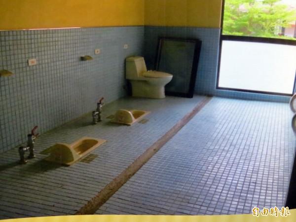 新市國小新建教室大樓廁所,竟然只有馬桶,卻沒有隔間、也沒有門!(記者蔡文居攝)