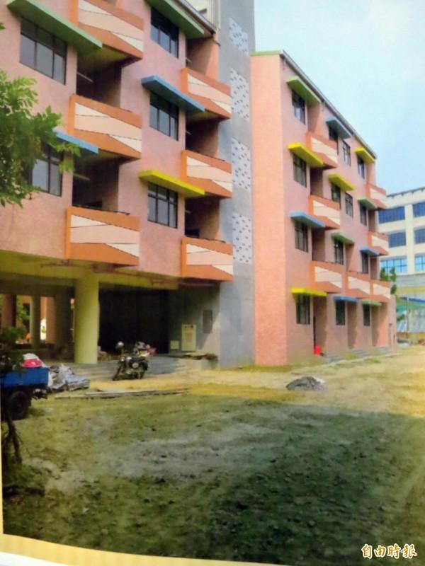 新市國小新校舍,連草皮也被省下來。(記者蔡文居攝)