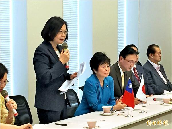 蔡英文(左)昨抵日本訪問,會晤「日華議員懇談會」議員;左二為「日華懇」副會長山東昭子。(駐日特派員張茂森攝)