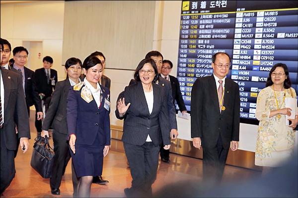 蔡英文(中)昨抵日本,我駐日代表沈斯淳(右二)接機。(訪問團提供)