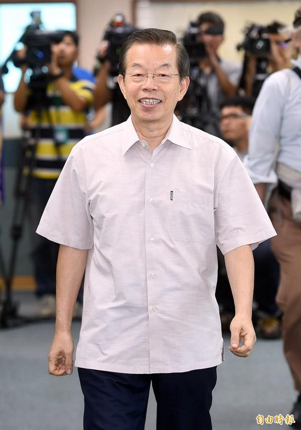 今日民進黨中常會,代為主持的謝長廷在會前開玩笑說:「電視要不要打開來看(國民黨中常會轉播)?」(資料照,記者方賓照攝)