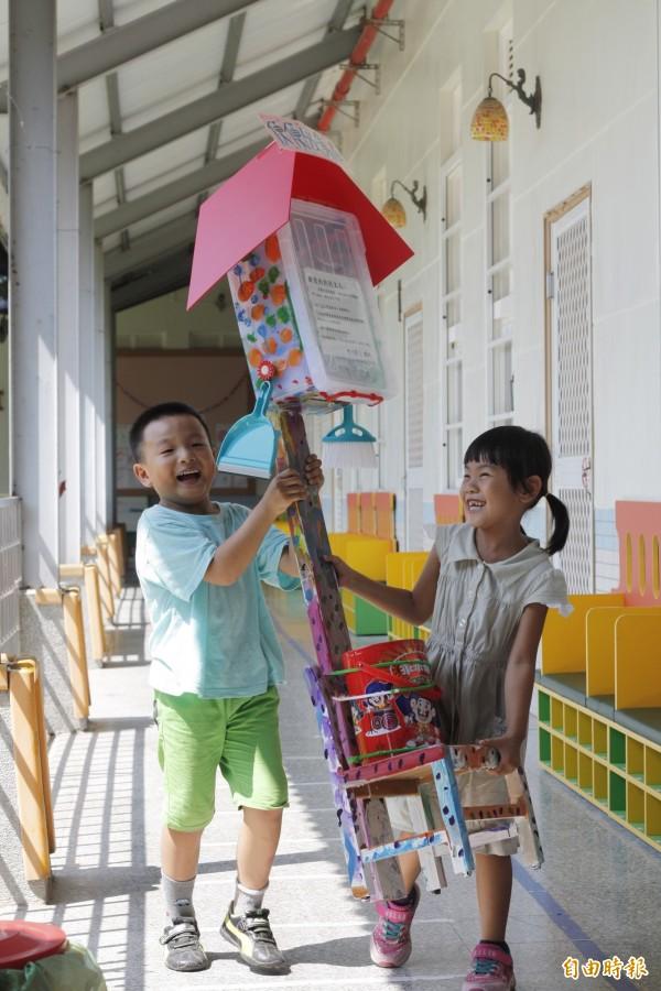 學童們今天將收集屋搬到校園角落放置。(記者邱芷柔攝)