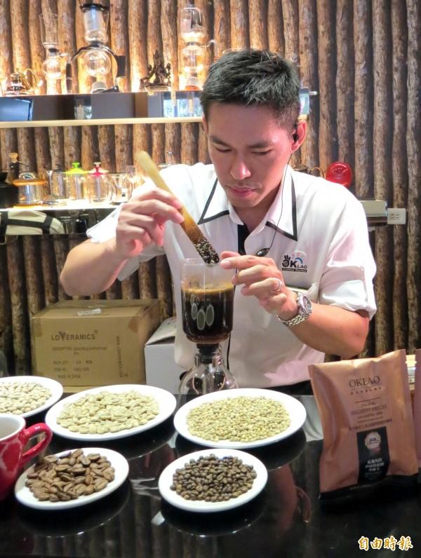 小摩卡(圖右)是摩卡種的突變種,豆型較一般咖啡豆來得小。(記者張菁雅攝)