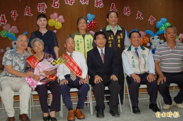 下營區鑽石婚楷模當中結婚最久長達69年的是洪天送(前排左三)和洪姜秀鳳(前排左二)夫婦。(記者楊金城攝)