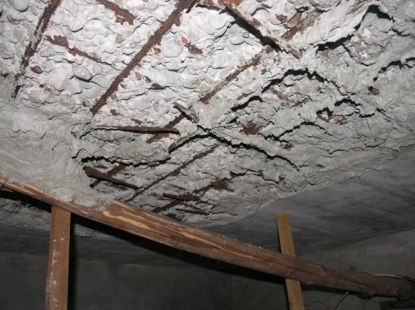 蘆洲一處老舊公寓被鑑定為海砂屋,鋼筋裸露、天花板剝落。(都更處提供)