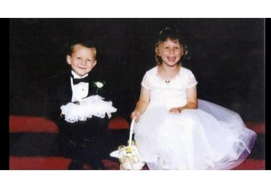 阿德里安與布魯克17年前在婚禮上擔任男女花童。(圖擷取自網路)