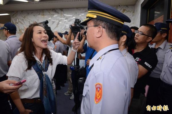 花蓮縣議員劉曉玫(左)遭到議會決議停權三個月,仍執意進入議事廳內,遭警方阻止大發雷霆。(記者游太郎攝)