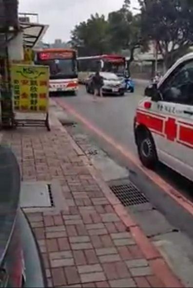 紀姓女子與男友吵架,跑到女子看守所前阻擋公車、轎車,隨即當街尖叫約1分鐘。(擷取自鬼島台灣臉書;記者吳仁捷翻攝)