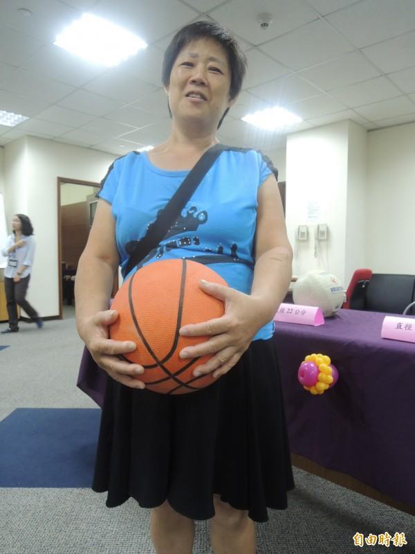 黃雅琴腹部子宮肌瘤約一顆籃球大小。(記者張軒哲攝)