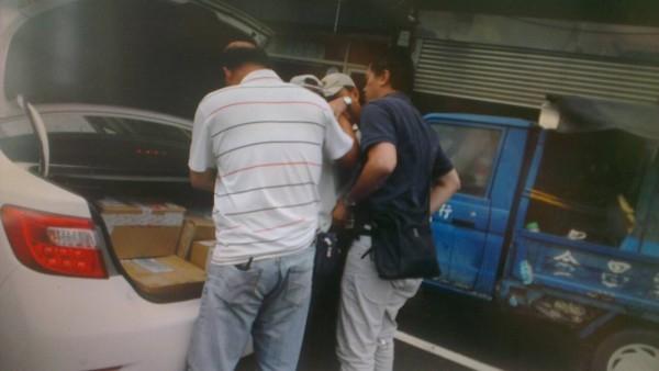 今天由員警假扮貨運司機,趁駱男到交易地點時將他壓制、逮捕。 (記者王駿杰翻攝)