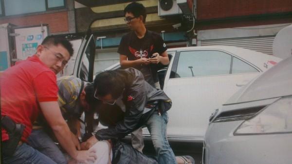 今天天由員警假扮貨運司機,趁駱男到交易地點時將他壓制、逮捕。 (記者王駿杰翻攝)