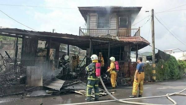 消防人員撲滅殘火,除蜂燒毀民宅尷尬不已。(記者陳賢義翻攝)