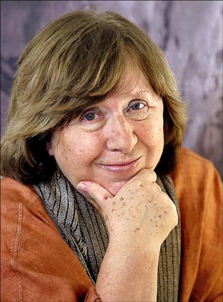 二○一五年諾貝爾文學獎由白俄羅斯記者作家斯維拉娜.亞歷塞維奇(Svetlana Alexievich)奪得,圖為她六日在白俄首都明斯克現身。(歐新社)