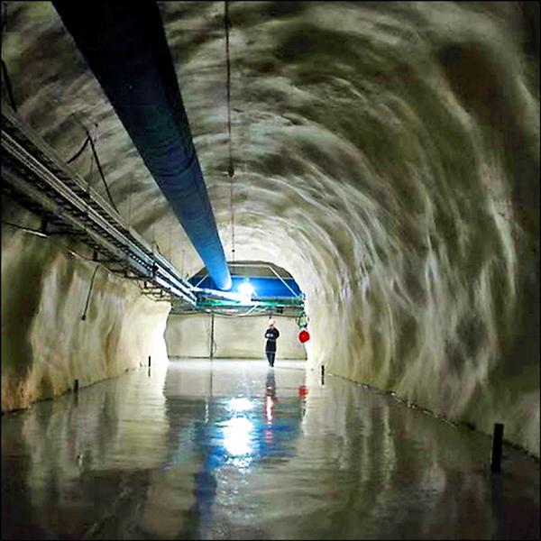 諾貝爾物理獎得主加拿大物理學家麥唐諾,須從礦井深入地下兩公里,再跋涉一‧五公里才能到達他的實驗室。(取自網路)