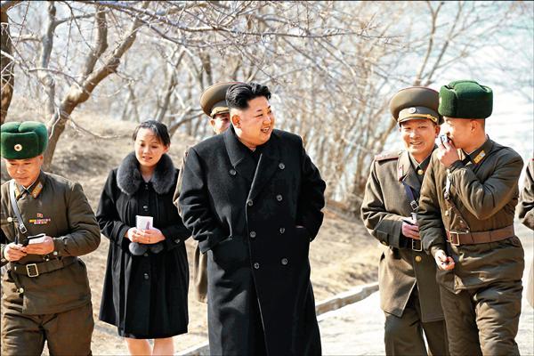 北韓國營中央通信社(KCNA)今年三月發布的照片顯示,金與正(左二)隨侍在金正恩身旁,一同視察位於南韓邊界的軍營。(歐新社檔案照)
