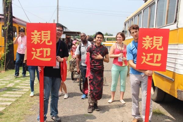 扮媒婆、提大餅,教育部針對境外學生和接待家庭,推動「台灣社區巡禮體驗活動」,讓外國學生體會台灣傳統文化之美。(圖由教育部提供)