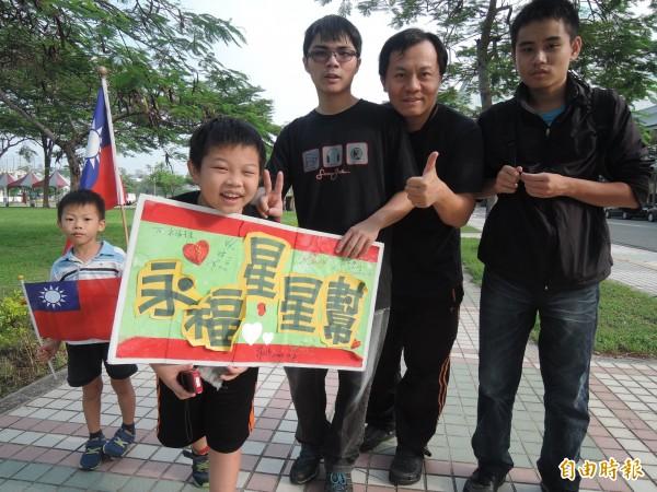 永福國小「星星幫」參加國慶升旗典禮,健行兼強身。(記者洪瑞琴攝)