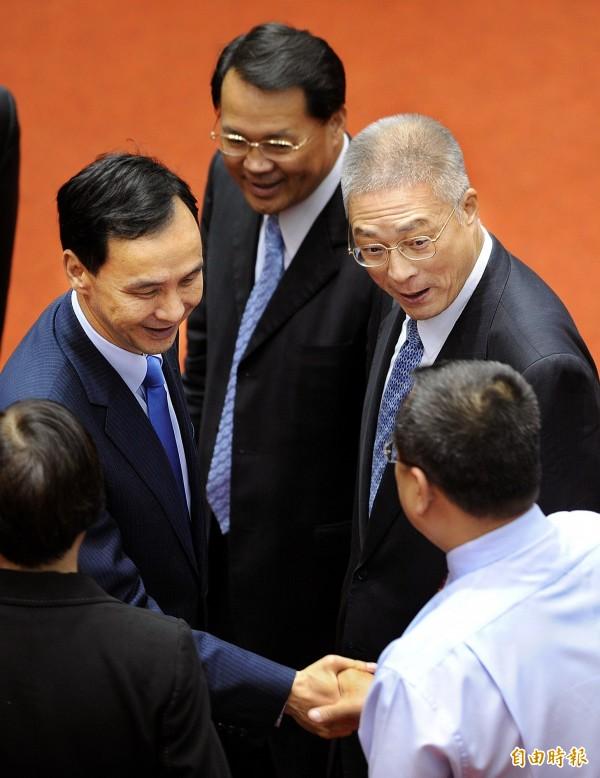 段宜康指出,吳敦義(右)接行政院長時,搭檔的副院長是朱立倫(左),兩人為了在馬英九前爭寵,搞到勢如水火。(資料照,記者方賓照攝)