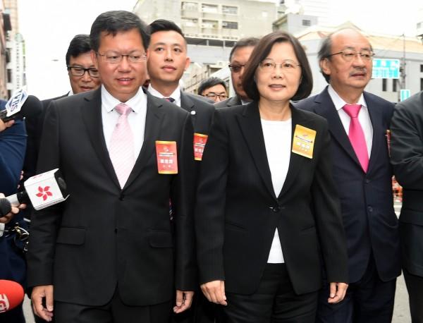蔡英文10日在黨籍立委與縣市長陪同下,出席國慶大會。(記者張嘉明攝)
